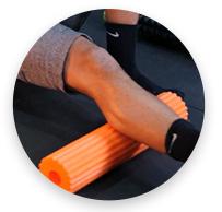 homem realizando exercicio com a perna de autoliberação em um acessório