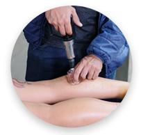 especialista realizando ventosaterapia na perna de sua cliente