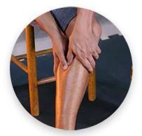 homem apertando a perna para tratar uma dor especifica
